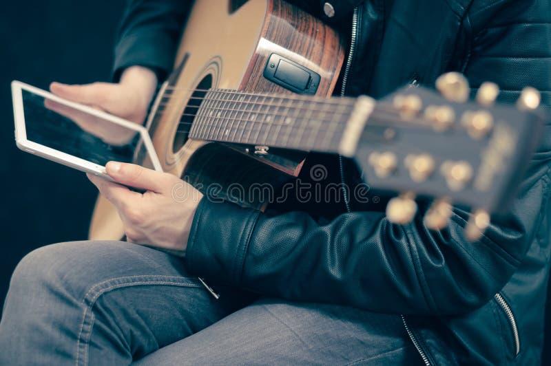 Guitare électrique avec le comprimé blanc image libre de droits