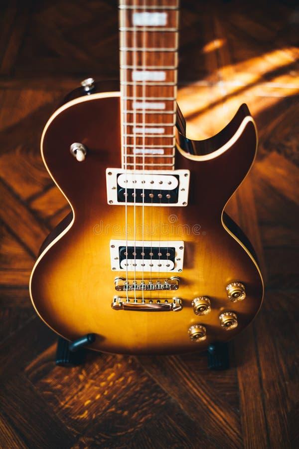 Guitare électrique avec le corps brun de rayon de soleil photos libres de droits