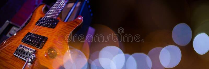 Guitare électrique avec les lumières bleues images stock