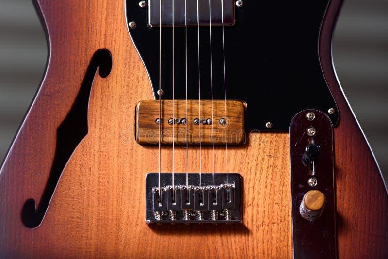Guitare électrique brune faite sur commande photographie stock libre de droits