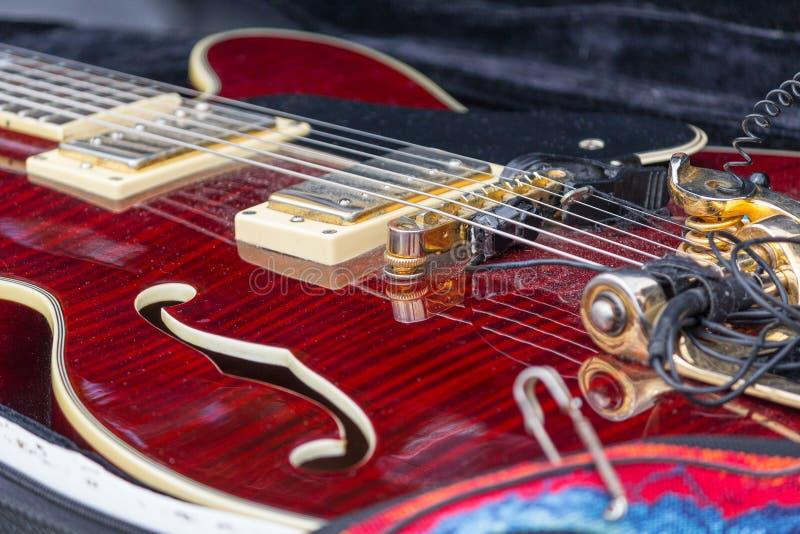Guitare électrique de cou dans un plan rapproché de cas photographie stock libre de droits