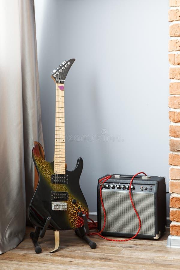 Guitare électrique et ampère photographie stock libre de droits