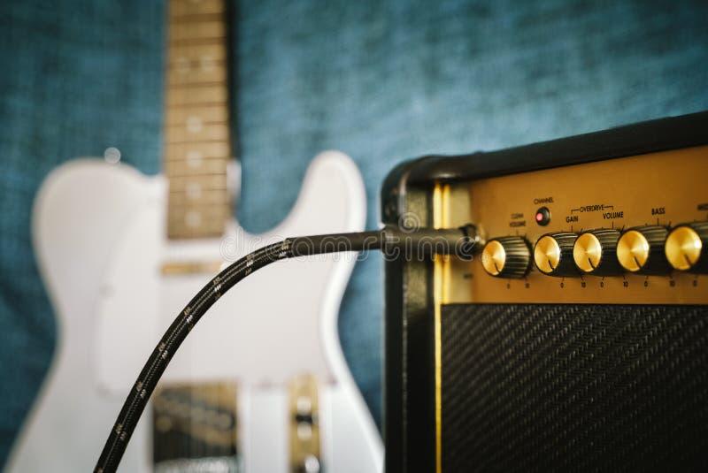 Guitare électrique et amplificateur Fond de musique rock image stock