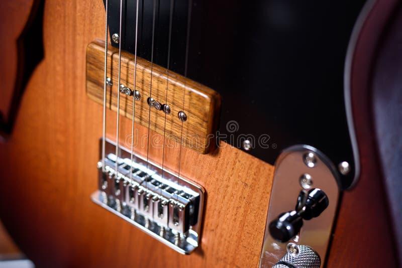 Guitare électrique faite sur commande avec des ficelles images libres de droits