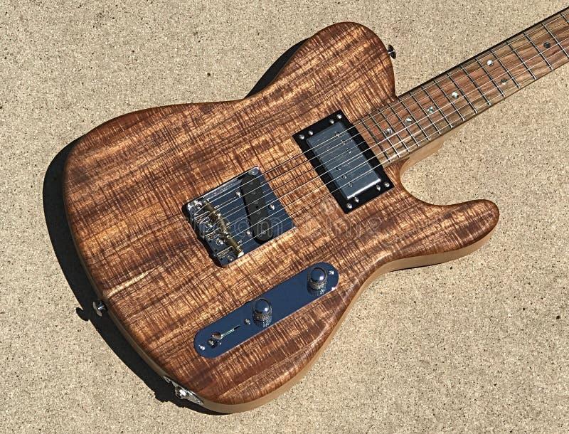 Guitare électrique flambée de style de Tejas T de koa photographie stock