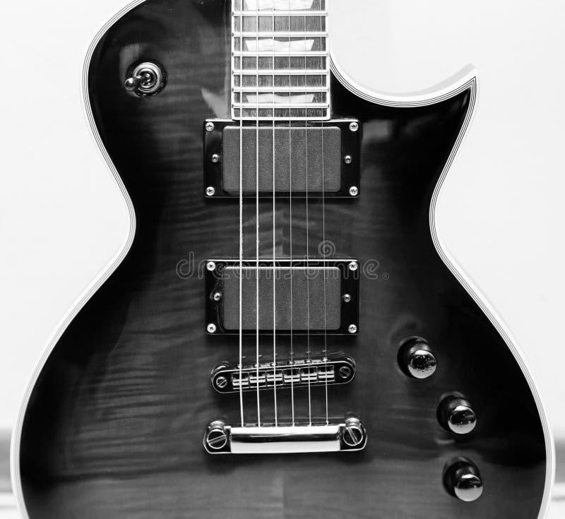 Guitare électrique noire et blanche avec des collectes de Humbucker images stock