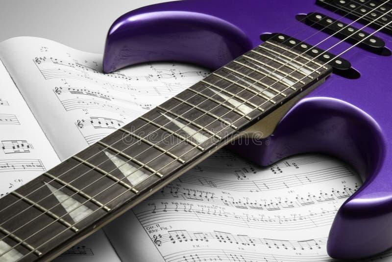 Guitare électrique sur la musique de feuille photographie stock