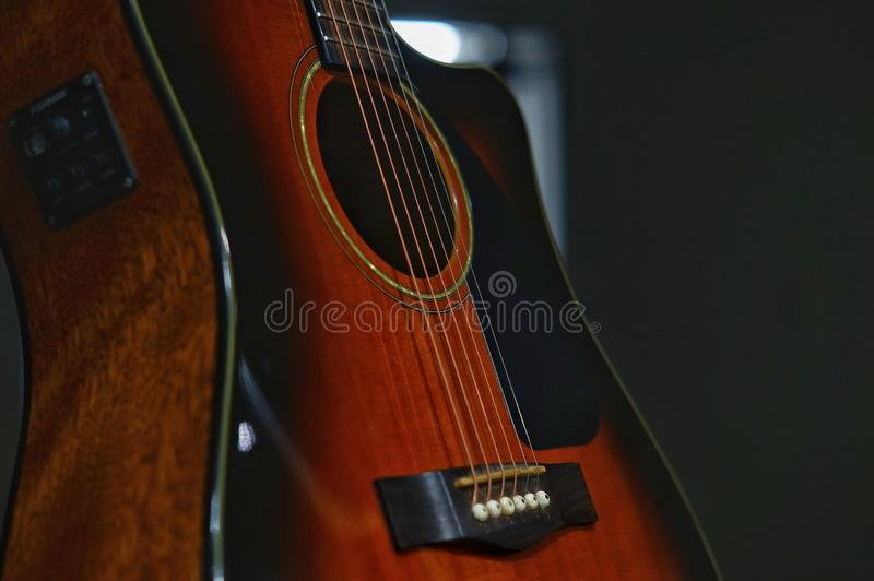Guitare acoustique avec le fond brouill? images stock