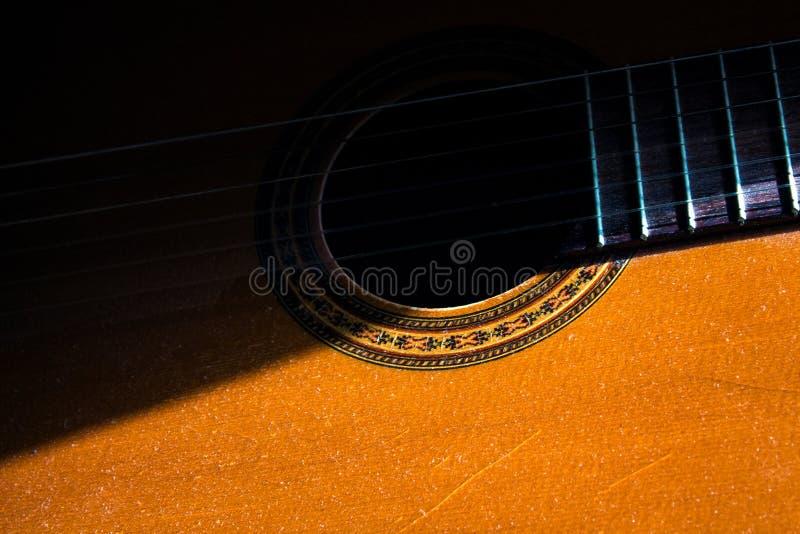Guitare acoustique dans la chambre, passe-temps à la maison photo libre de droits