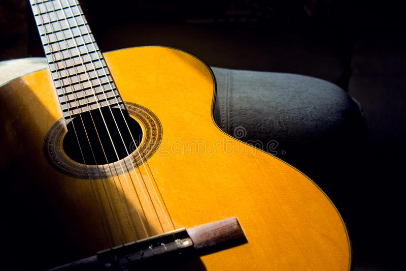 Guitare acoustique dans la chambre, passe-temps à la maison photographie stock libre de droits
