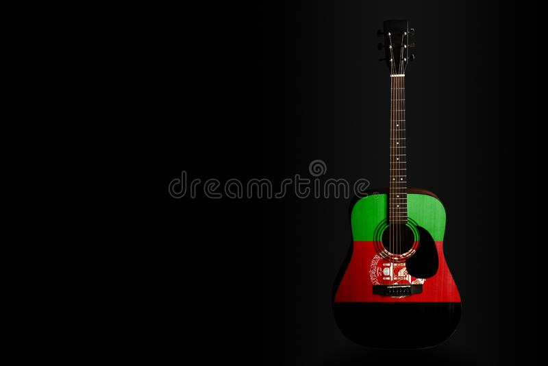 Guitare acoustique de concert avec un drapeau tiré Afghanistan, sur un fond foncé, comme symbole de la créativité nationale ou de photographie stock