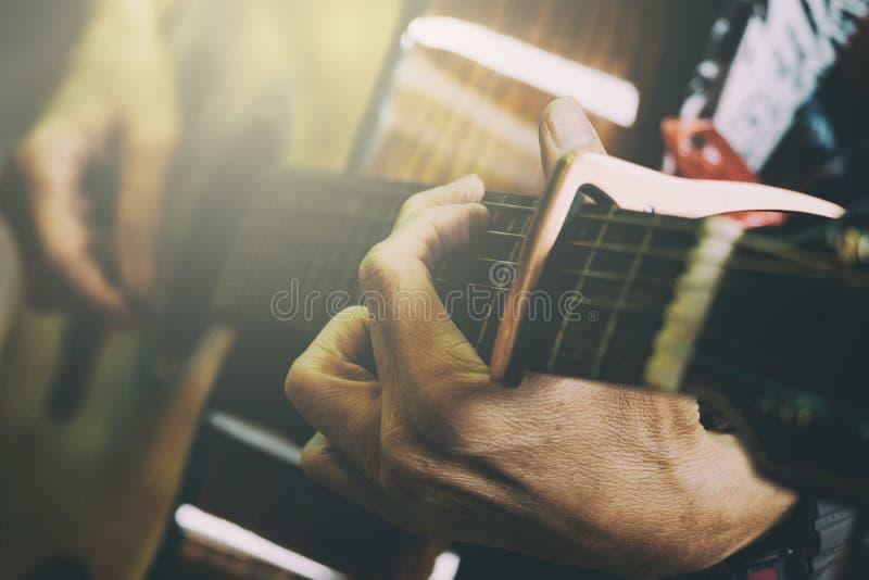 Guitare acoustique de jeu masculine adulte, style d'image de cru supplémentaire photo stock