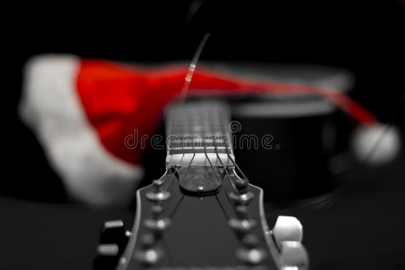 Guitare acoustique et cône de ` s de Santa image stock