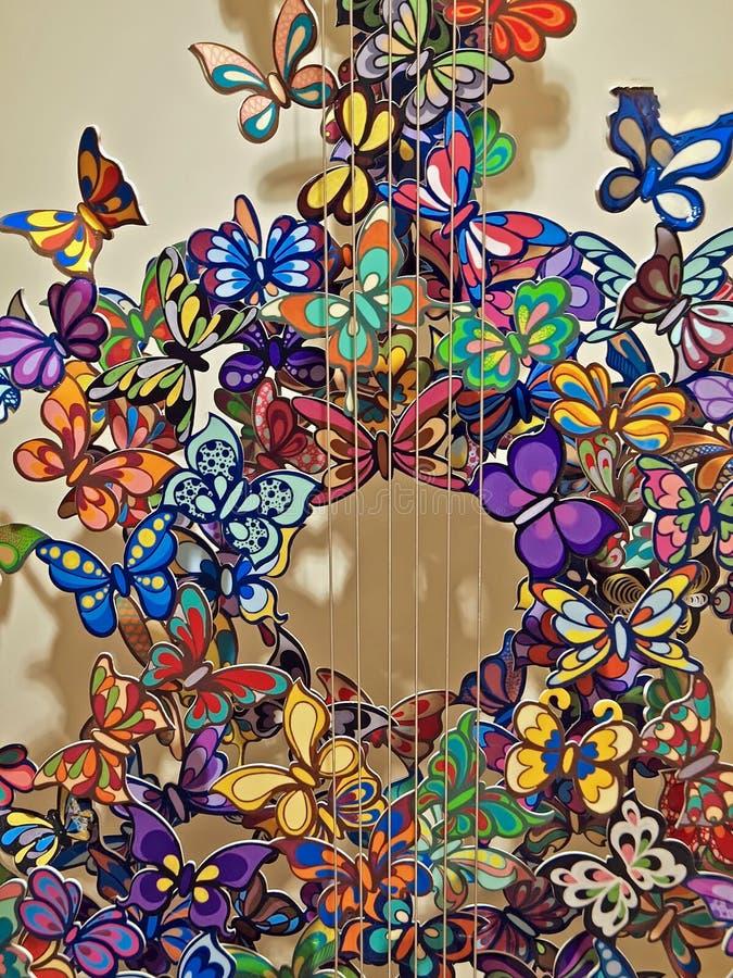 Guitare avec des papillons en métal vus à Venise images libres de droits