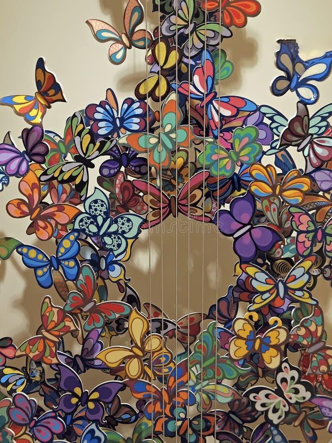 Guitare avec des papillons en métal vus à Venise image libre de droits