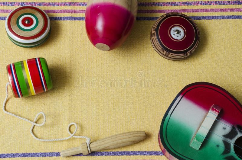 Guitare, balero, yo-yo et maracas, jouets mexicains traditionnels photos stock