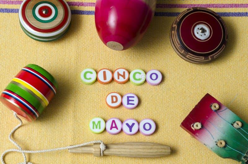 Guitare, balero, yo-yo et maracas, jouets mexicains traditionnels photographie stock libre de droits
