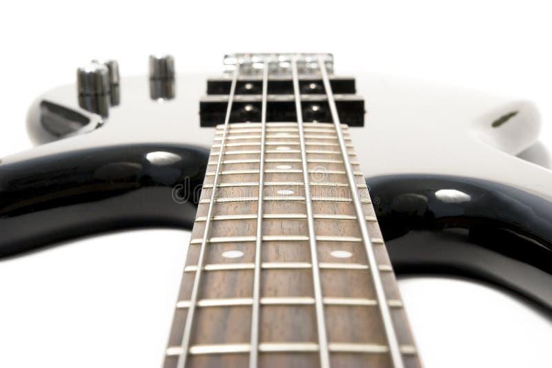 Guitare basse noire avec les chaînes de caractères tendues photo stock