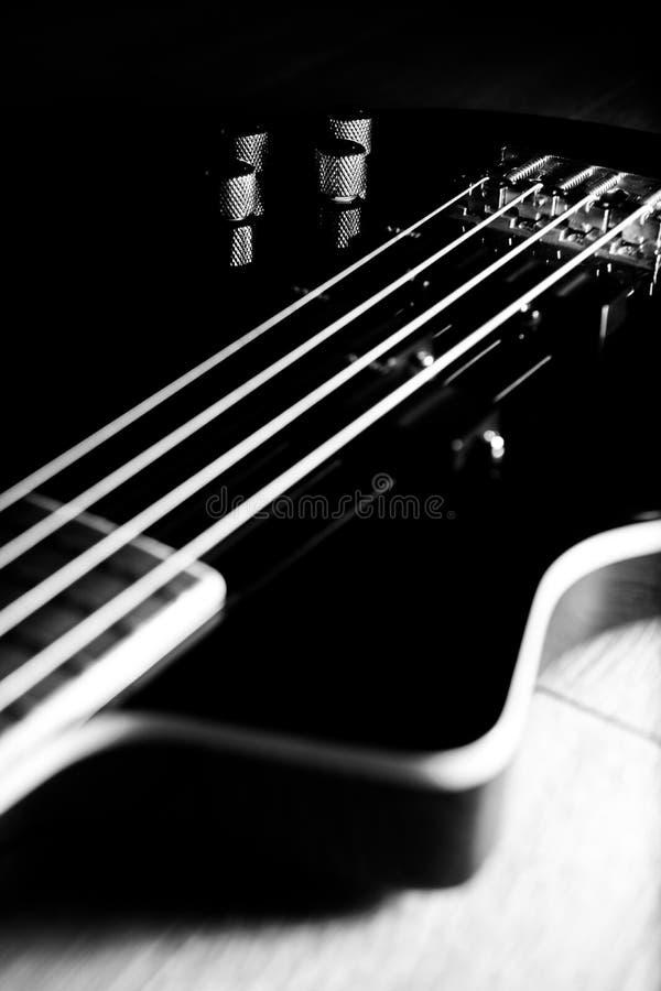 Download Guitare Basse Noire Classique Illustration Stock - Illustration du fuselage, pièce: 77160530