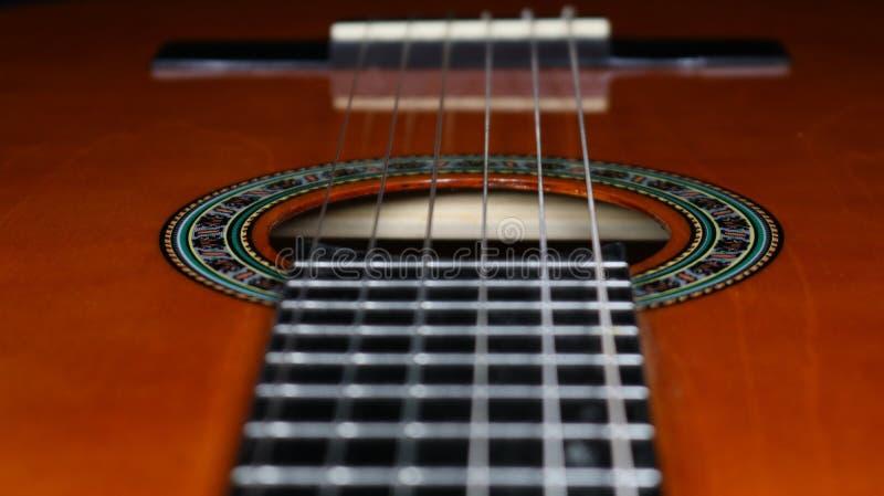 Guitare classique semblant le trou sain passé au pont image libre de droits