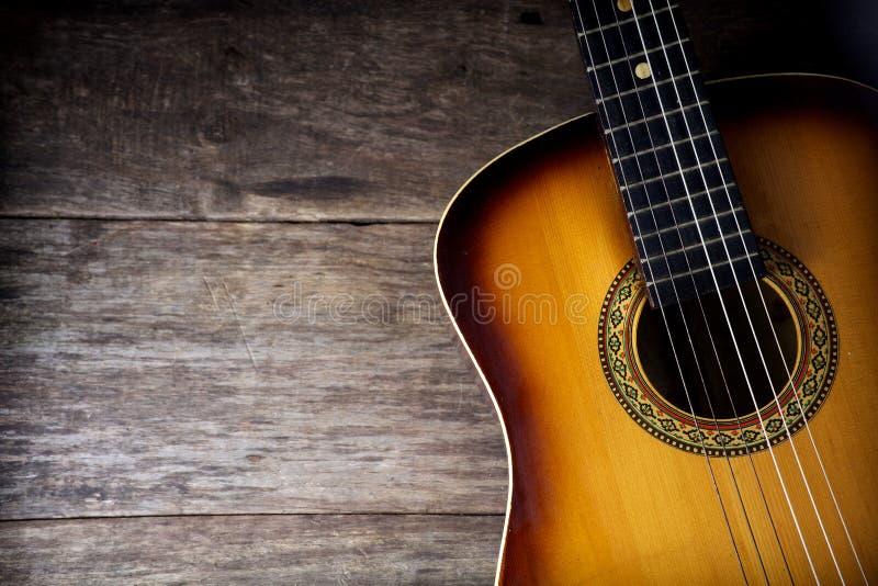 Guitare contre un bois rustique photographie stock