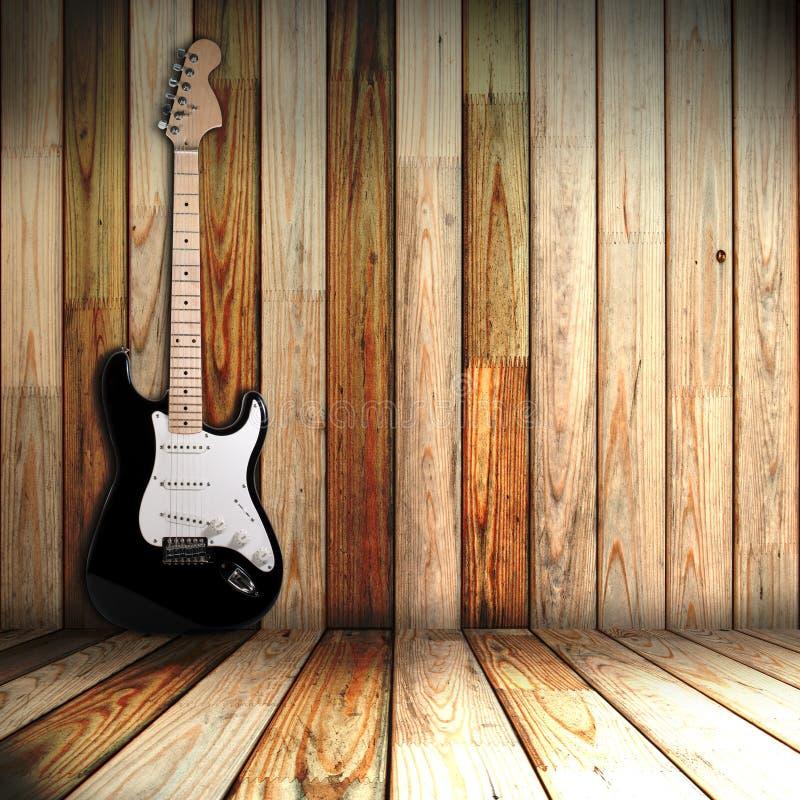 Guitare dans la vieille chambre photos stock