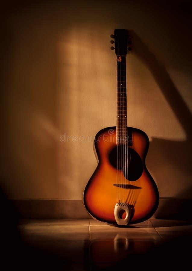 Guitare dans le salon image libre de droits