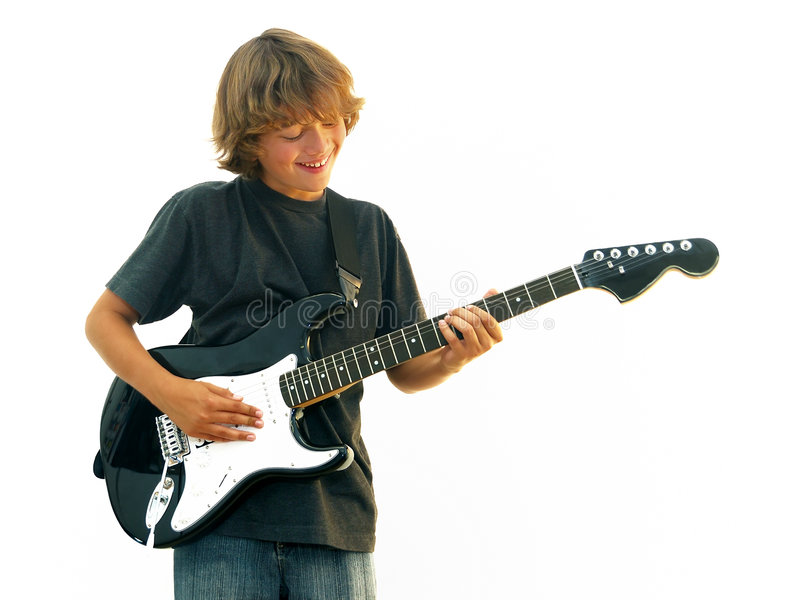 guitare de garçon jouant le sourire de l'adolescence photos libres de droits