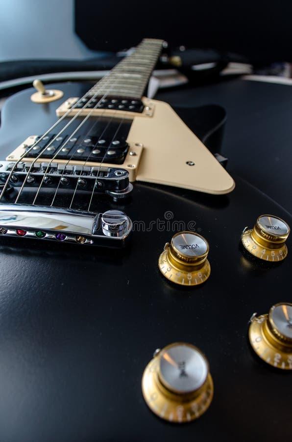 Guitare de noir de Les Paul avec des richards d'or image stock