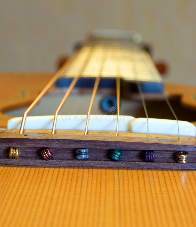 Guitare et chaînes de caractères photo stock