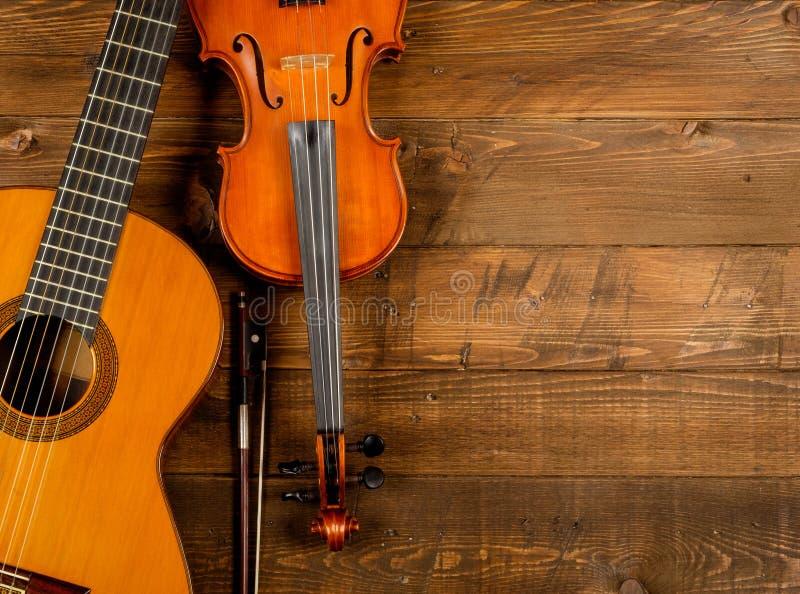 Guitare et violon à l'arrière-plan en bois photographie stock