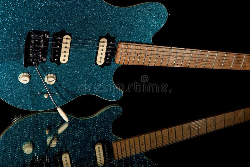 Guitare fascinante de roche Guitare électrique avec le fini bleu vibrant de scintillement photos libres de droits