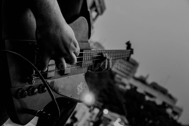 Guitare jouant sur le concert image libre de droits