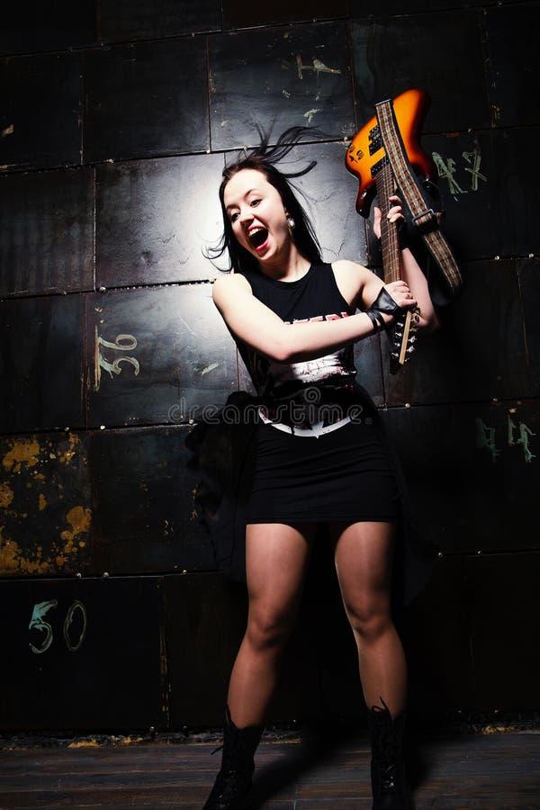 Guitare sensationnelle de fille images stock