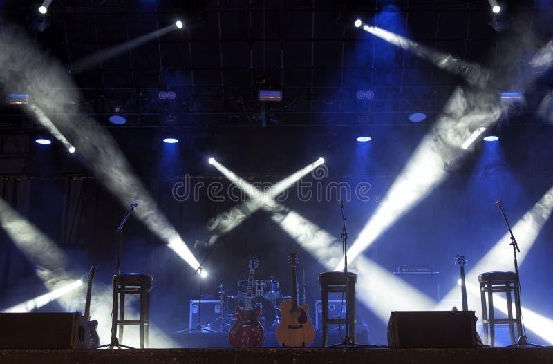 Guitare sur l'étape avant concert photos libres de droits