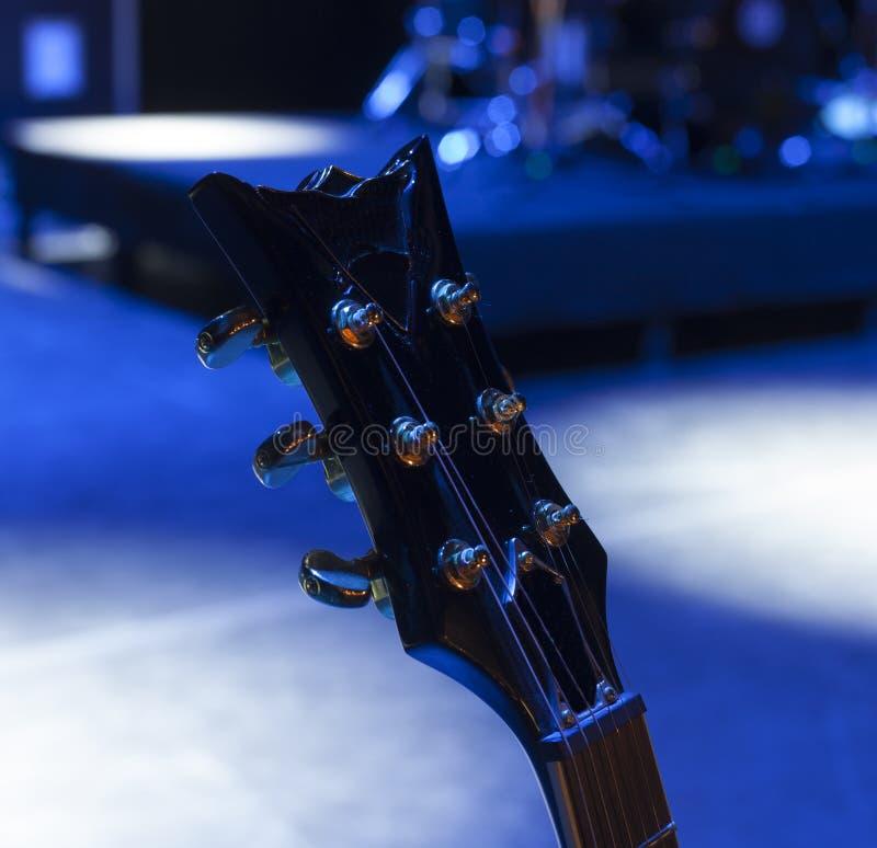 Guitare sur l'étape avant concert photo libre de droits