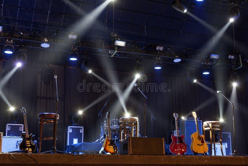 Guitare sur l'étape avant concert photo stock