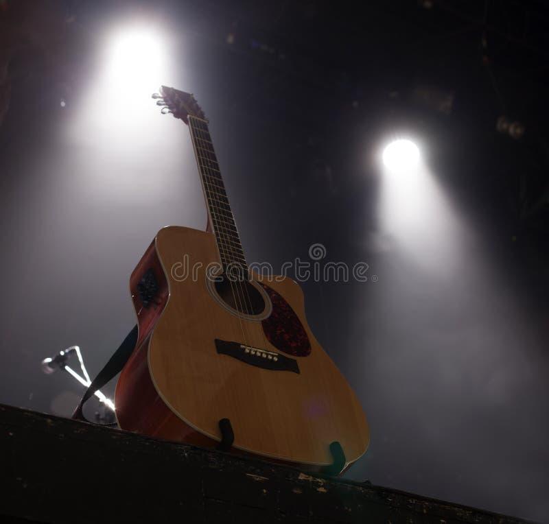 Guitare sur l'étape avant concert photographie stock