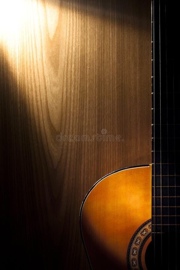Guitare sur le bois images stock