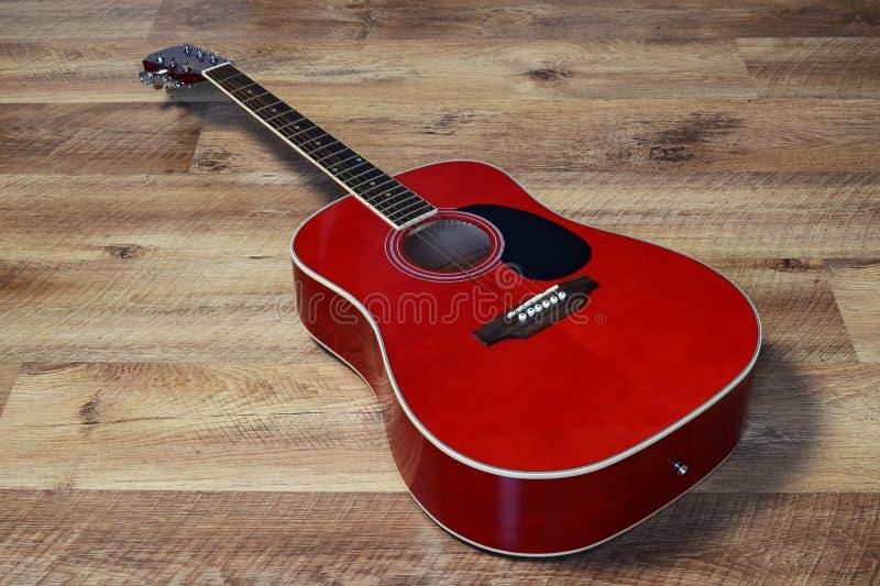 Guitare sur un plancher photos stock