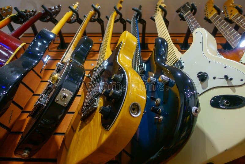 Guitares en magasin à vendre photos libres de droits