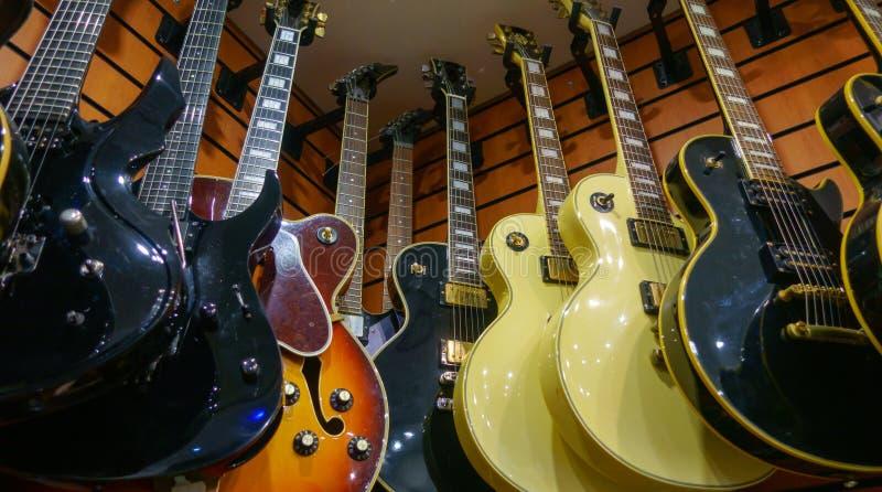 Guitares en magasin à vendre photographie stock