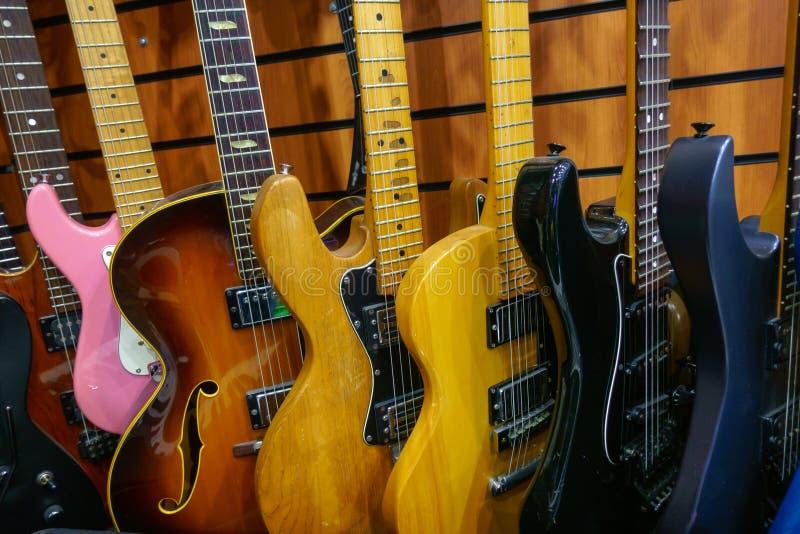Guitares en magasin à vendre photos stock