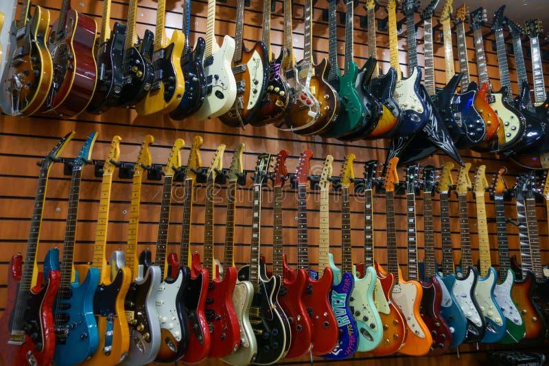 Guitares en magasin à vendre image stock