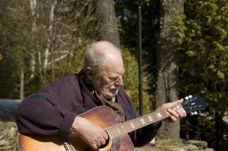Guitariste aîné photographie stock