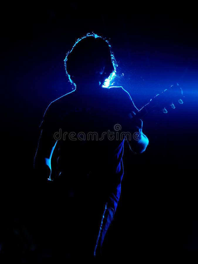 Guitariste dans le bleu photographie stock libre de droits