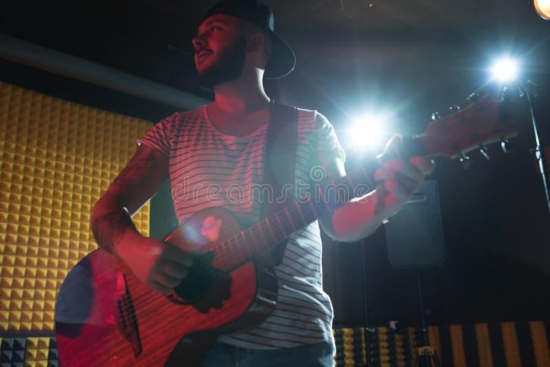 Guitariste dans le studio d'enregistrement images libres de droits