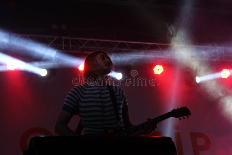 Guitariste de concert de rock dans l'énergie de lumières de la bande ukrainienne Antitila photographie stock libre de droits