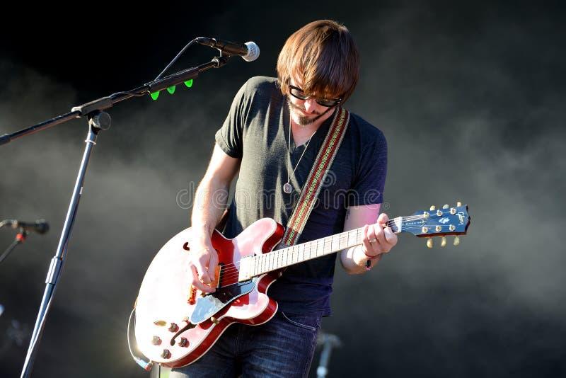 Guitariste de Midlake (groupe de rock folklorique américain) de concert photographie stock libre de droits