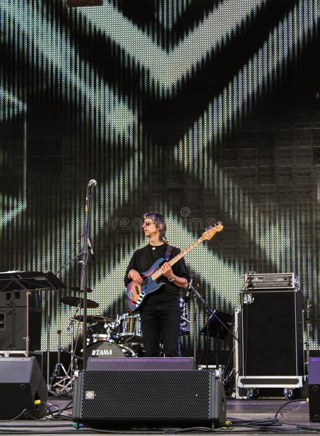 Download Guitariste De Roche Sur L'étape Photographie éditorial - Image du arts, rendement: 77160752